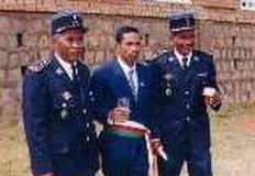 Mr le maire entouré du chef de corps commandant de la gendarmerie d'Ivato et son adjoint